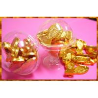 宛如真的水族缸養著鯉魚的高腳酒杯包裝款金箔巧克力16顆裝